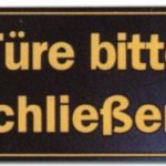 Hinweisschild – Gastronomieschild braun – Türe bitte schließen – Schliessen Tür Gastronomie Hotel Restaurant Wirtschaft Kneipe Bistro Cafe Eiscafe Gelateria Schild Warnschild Warnzeichen Arbeitssicherheit Türschild Tür Kunststoff Kunststoffschild Geschenk Geburtstag T-Shirt
